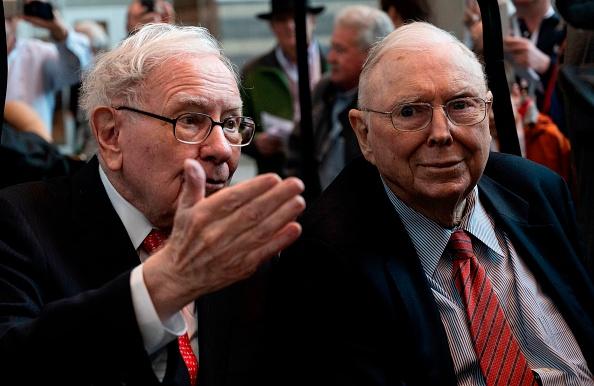 Charlie Munger, 97 anni, braccio destro di Warren Buffett, ce l'ha con il Bitcoin, con Tesla, con Robinhood e con le SPAC. Ecco perché