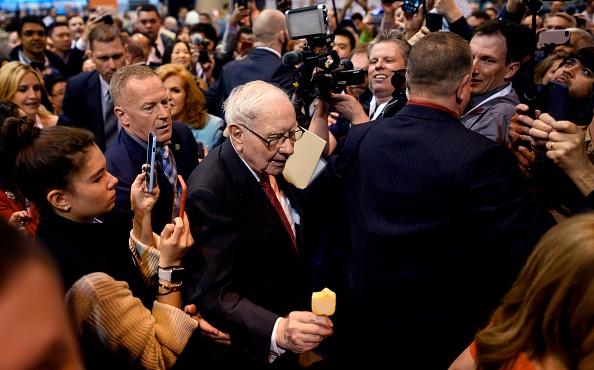Warren Buffett elenca nella lettera agli azionisti di Berkshire Hathaway le 15 scommesse di portafoglio più importanti. Non solo Apple, ci sono anche altri grandi nomi