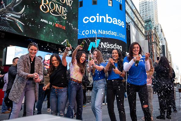 Coinbase sbarca sul Nasdaq con quotazione diretta e fa subito la storia. Lo stesso giorno Bitcoin schizza a nuovo record oltre $64.000