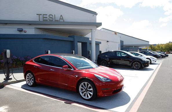 Tesla ha riportato un utile trimestrale record, grazie anche al contributo del Bitcoin e ai crediti green