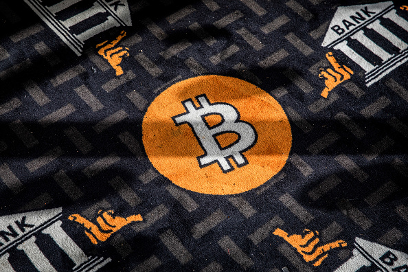 Bitcoin reduce da crollo -30% in un giorno fino a $30.000. Ma Cathie Wood di Ark Invest conferma la sua fede nella criptovaluta