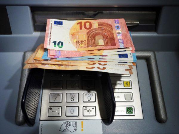 Conti correnti, un nuovo studio di SOStariffe.it mostra quanto si risparmia di più con banche online nel caso di gestione carte di credito e debito e prelievi ATM rispetto alle banche tradizionali