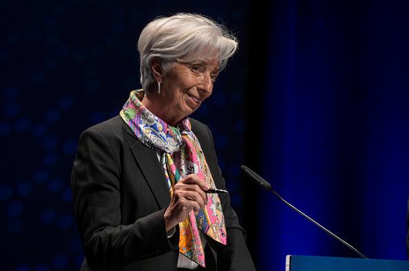 Christine Lagarde parla della possibilità che tetto massimo dividendi venga rimosso. Ma insieme al collega Bce Andrea Enria avverte su rischio del credito