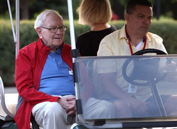 Warren Buffett e le tre scommesse d'oro, che hanno inciso sui suoi guadagni del 2021 per il 75%. Una è Apple. Le altre sono due banche